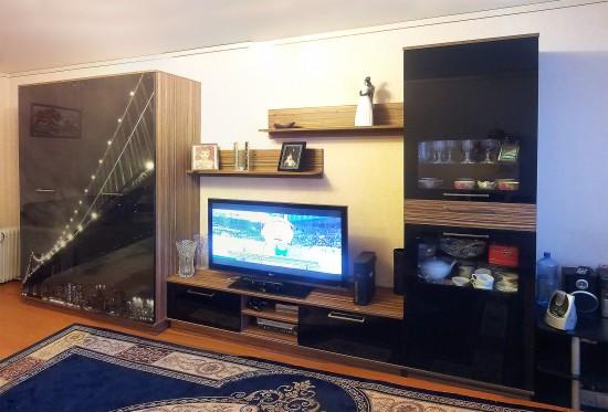 Viesistabas sekcija ar iebūvēto skapi ar foto druku uz stikla durvīm