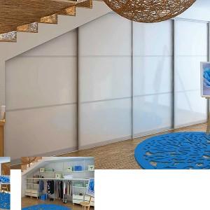 Zem kāpnēm iebūvēts skapis viesistabā