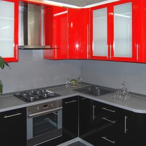 Iebūvējamā virtuve 119. dzīvokļu sērijā, sarkanā un melnā krāsā