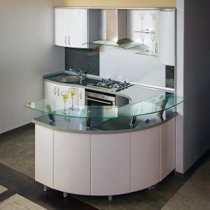 Pelēka iebūvētā virtuve ar izliektu leti