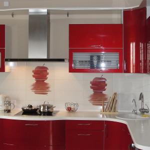 Tumši sarkana iebūvējamā virtuve ar baltu leti