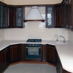 Iebūvējamā virtuve klasiskajā stilā ar foto apdruku uz stikla fasādēm