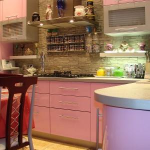 Viegli rozā iebūvētā virtuve tuvplānā