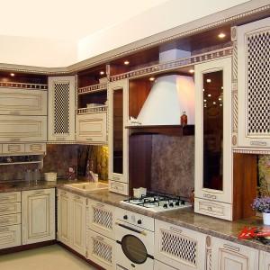 Bēšīga iebūvējamā virtuve klasiskajā stilā