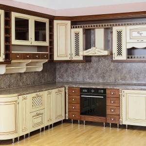 Bēšīga iebūvējamā virtuve klasiskajā stilā tuvplānā