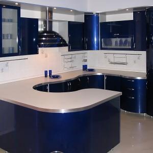 Tumši zila iebūvētā virtuve ar izliektu leti