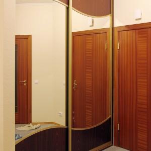Iebūvēts skapis ar lamināta un stikla durvīm