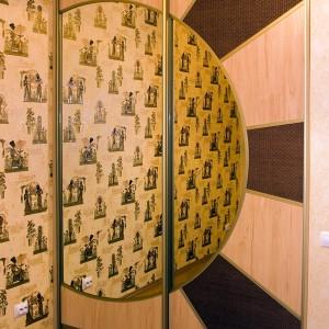 Iebūvēts skapis ar rotanga, lamināta, spoguļdurvīm