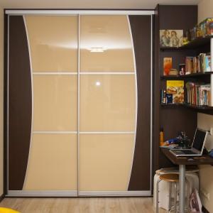 Iebūvējamie skapji ar krāsota stikla, lamināta durvīm