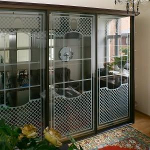 Iebūvēts skapis vintāžas stilā. durvīs supercaurspīdīgs stikls un matēta grafika