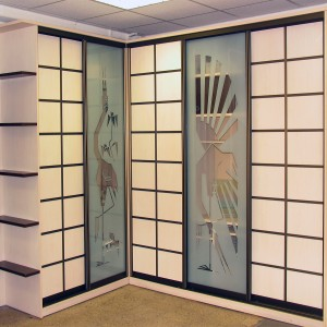 Гардероб. Печать фотографий на стекле. Система хранения на алюминиевых полках. Фотопечать на фасадах из ламината.