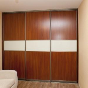 Krāsu kombinācija saskaņā ar istabas sienām