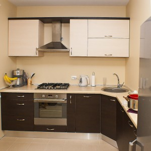 Iebūvējamā virtuve 119. dzīvokļu sērijā, tumši brūnā un bēšīgā krāsā