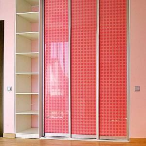 Iebūvējamie skapji rozā krāsā ar bīdāmām durvīm