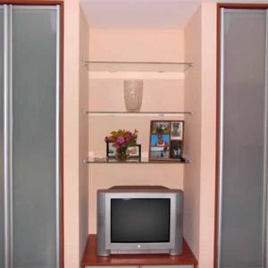 Pelēks iebūvējamais skapis viesistabā