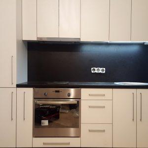 Bēšīga iebūvētā virtuve ar tumši brūno leti