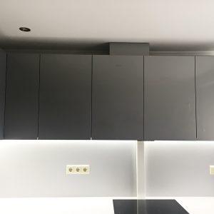 Iebūvētās virtuves pelēki virtuves skapīši