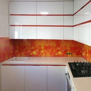 Iebūvējamā virtuves 119. dzīvokļa sērijā, baltā krāsā ar oranžas krāsas iestarpinājumiem, materiāls akrils