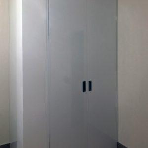 Материал глянцевый. Дверная система без профиля.