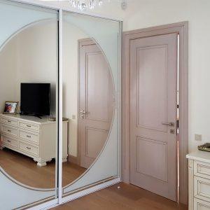 Balti iebūvējamie skapji guļamistabā