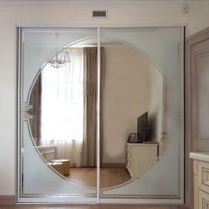 Гардероб в классическом стиле. Зеркальная вставка плюс фотопечать на стекле.