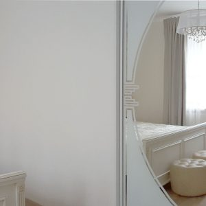 Iebūvēts skapis ar foto druku uz spoguļdurvīm