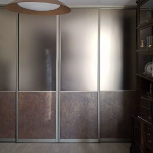 Шкаф с матовым зеркалом в кабинете