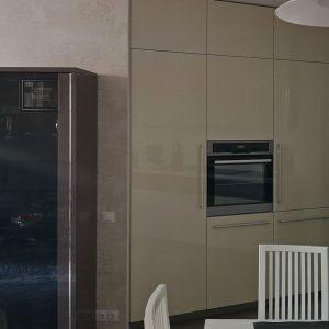 Шкаф в интерьере с кухней