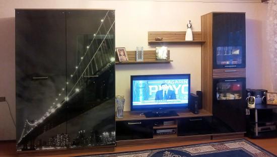 Viesistabas plauktu sistēma ar iebūvēto skapi ar foto druku uz stikla durvīm