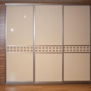 Iebūvēts skapis ar krāsota stikla bīdāmām durvīm