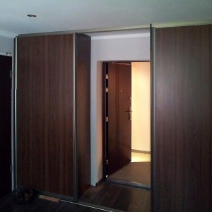 Skapis - kupeja iebūvēts telpas ieejā (ieeja caur skapi)