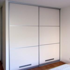 Balts iebūvējamais skapis ar profiliem alumīnija krāsā