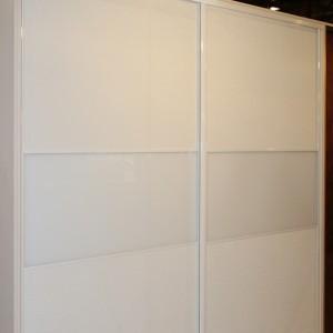 Balts iebūvēts skapis ar baltiem profiliem