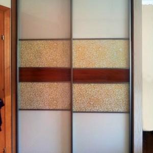 Iebūvēts skapis ar materiālu kombināciju bīdāmājās durvīs
