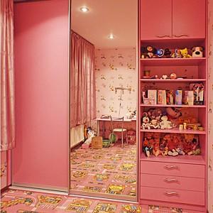 Iebūvejamie skapji bērnu istabā ar bīdāmām durvīm