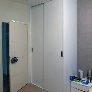 Iebūvētie skapji no glancēta materiāla ar bez profilu durvju sistēmu