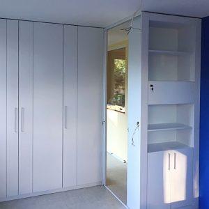 Шкаф для разделения удлиненног помещения на отдельные зоны.