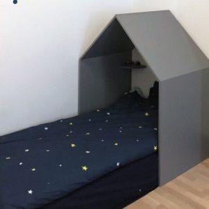 Детская кровать, стилизованная под домик для иры и отдыха.