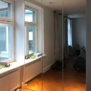 Шкаф с распашными безпрофильными дверями в размер проема.